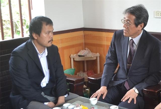 Đại sứ Nhật Bản tại Việt Nam đến thắp hương chia buồn gia đình bé Nhật Linh. Ảnh: Đ.Tuỳ