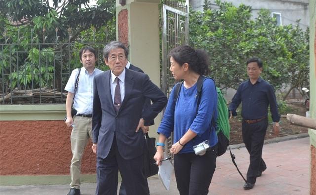Đại sứ Nhật Bản tại Việt Nam cùng lãnh đạo huyện Khoái Châu đến hỏi thăm, động viên