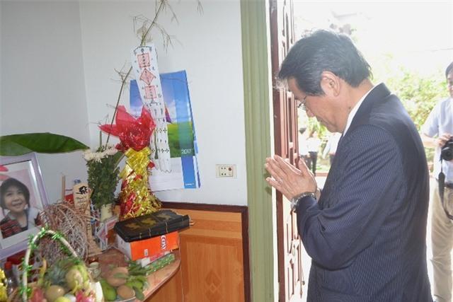 Sau khi đến nhà, Đại sứ Nhật Bản thắp hương bé Nhật Linh