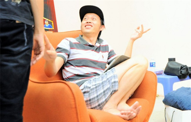 Trong hậu trường, giám khảo Hoài Linh sở hữu dáng ngồi không lẫn vào đâu được! - Ảnh 1.