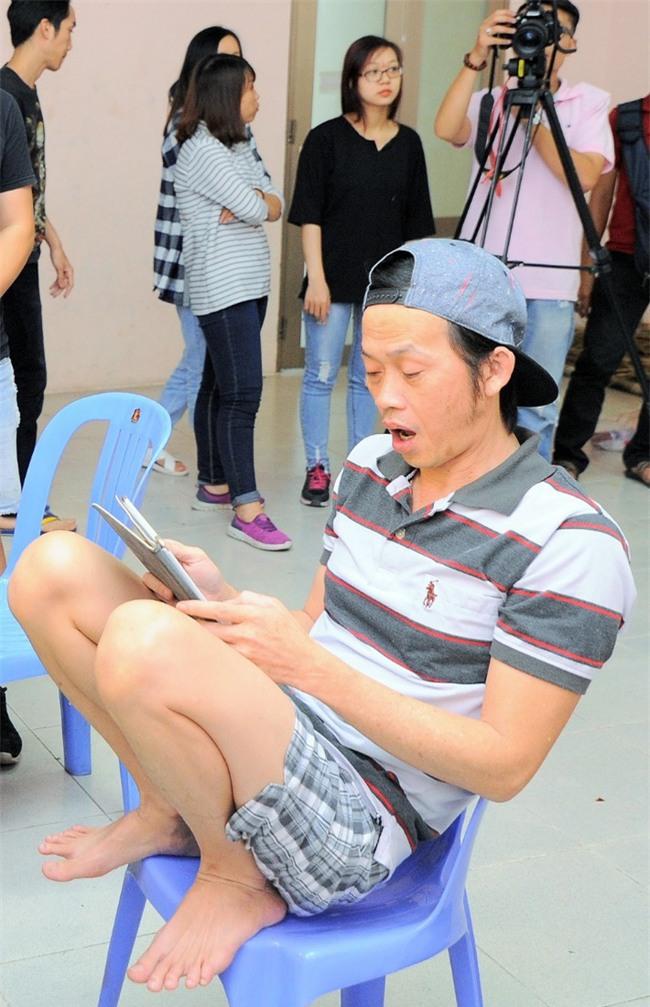 Trong hậu trường, giám khảo Hoài Linh sở hữu dáng ngồi không lẫn vào đâu được! - Ảnh 2.