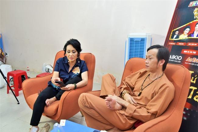 Trong hậu trường, giám khảo Hoài Linh sở hữu dáng ngồi không lẫn vào đâu được! - Ảnh 3.