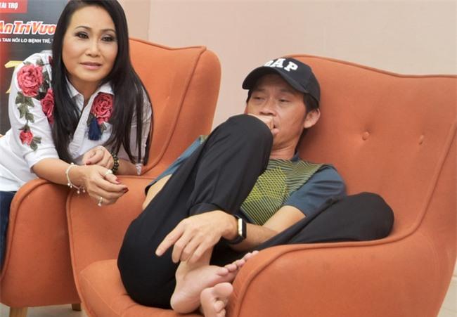 Trong hậu trường, giám khảo Hoài Linh sở hữu dáng ngồi không lẫn vào đâu được! - Ảnh 4.