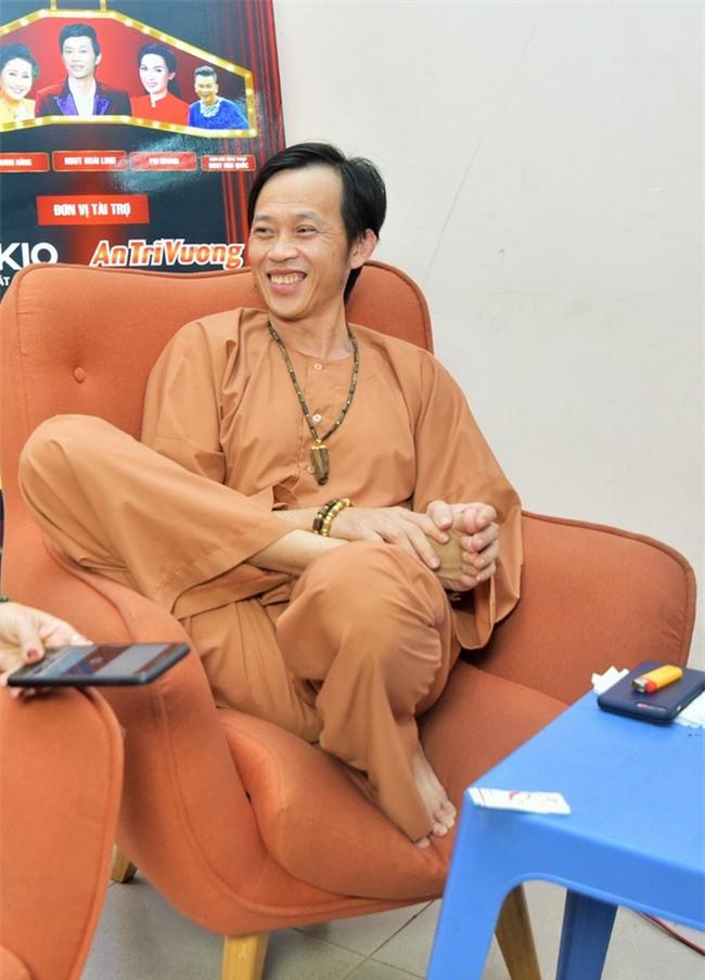 Trong hậu trường, giám khảo Hoài Linh sở hữu dáng ngồi không lẫn vào đâu được! - Ảnh 6.