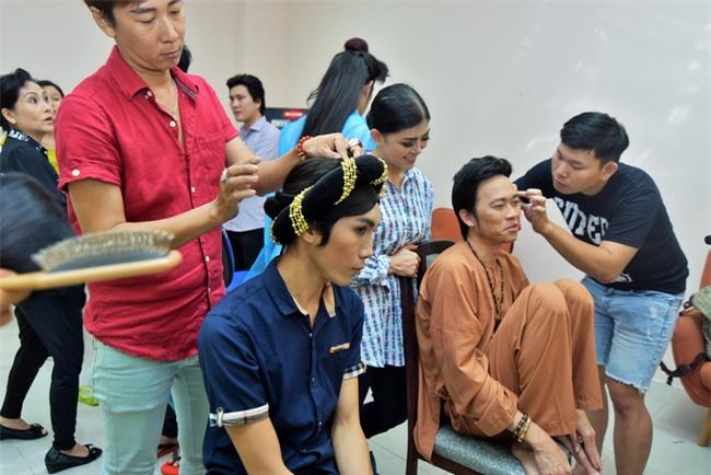 Trong hậu trường, giám khảo Hoài Linh sở hữu dáng ngồi không lẫn vào đâu được! - Ảnh 9.