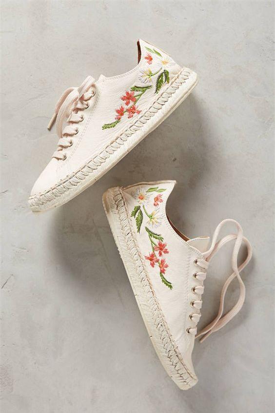 Qua rồi cái thời sneakers trắng là tâm điểm, 4 kiểu giày mới khiến chị em chao đảo là đây - Ảnh 10.