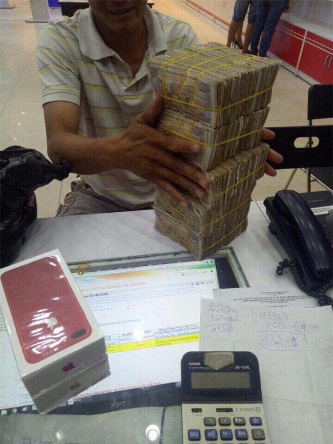 Cầm bao tải tiền lẻ đi mua iphone 7, người đàn ông khiến cả cửa hàng bàng hoàng - Ảnh 1.