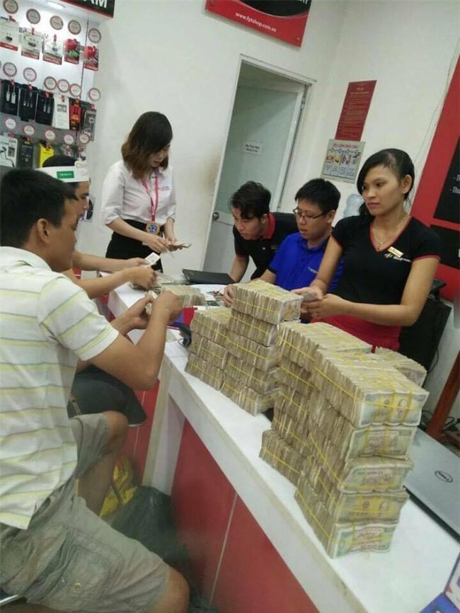Cầm bao tải tiền lẻ đi mua iphone 7, người đàn ông khiến cả cửa hàng bàng hoàng - Ảnh 3.