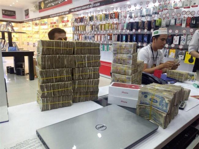 Cầm bao tải tiền lẻ đi mua iphone 7, người đàn ông khiến cả cửa hàng bàng hoàng - Ảnh 4.