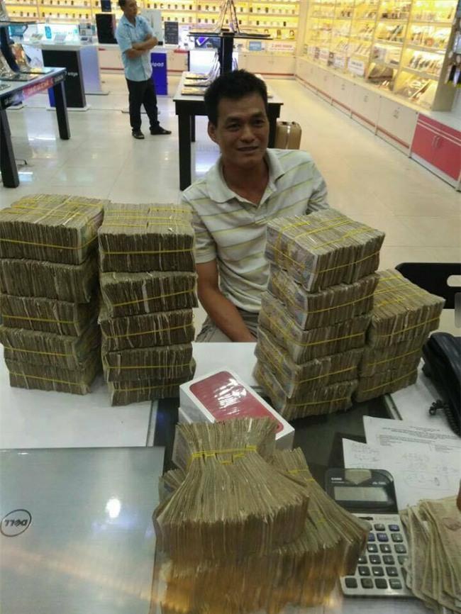 Cầm bao tải tiền lẻ đi mua iphone 7, người đàn ông khiến cả cửa hàng bàng hoàng - Ảnh 5.
