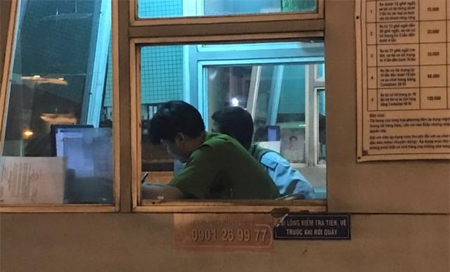 Công an ghi lời khai nhân viên trạm thu phí cầu Đồng Nai nhằm phục vụ công tác điều tra.