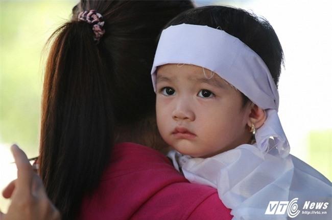 Cảnh sát giao thông bị xe tải cán qua người: Con gái nhỏ ngơ ngác tìm bố tại đám tang - Ảnh 2.