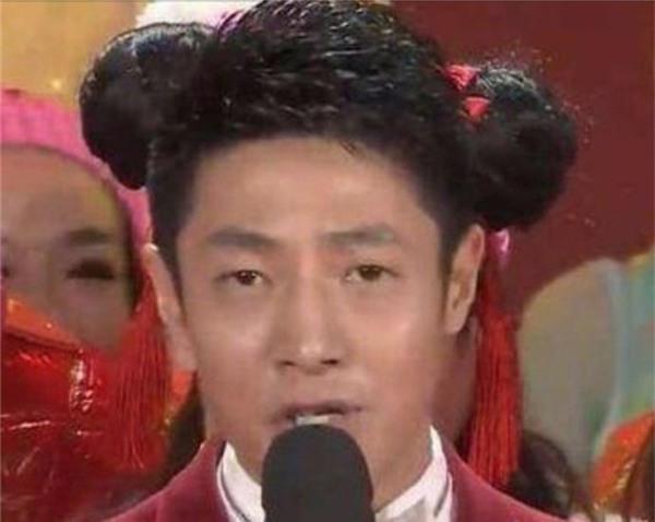 """""""Tiểu Na Tra"""" Bội Ninh, anh quên chỉnh lại búi tóc trước khi lên sóng sao? Nó bị lệch rồi kìa."""