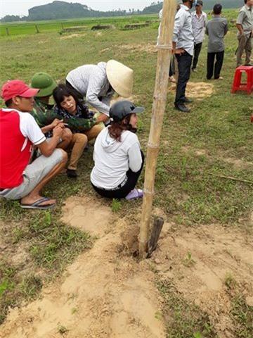 Một phụ nữ Việt Nam bị sát hại tại Angola: Mẹ già khóc ngất bên thi thể con - Ảnh 1.