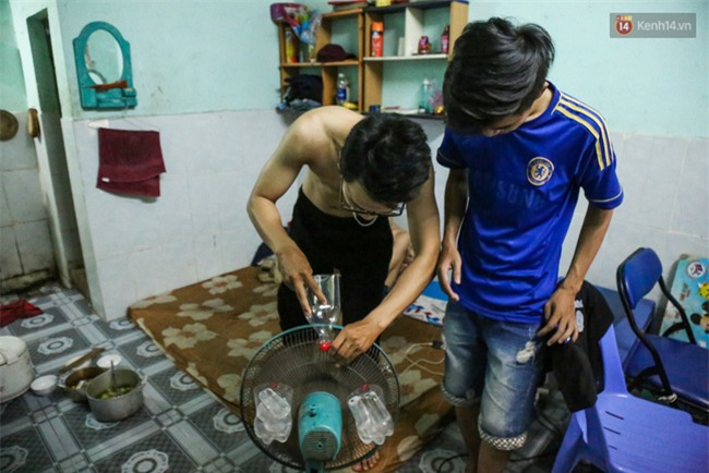 Đứng trong chậu nước nấu ăn, tự chế quạt phun nước... là cách SV ở trọ đối phó với cái nóng như lò thiêu ở Sài Gòn - Ảnh 10.