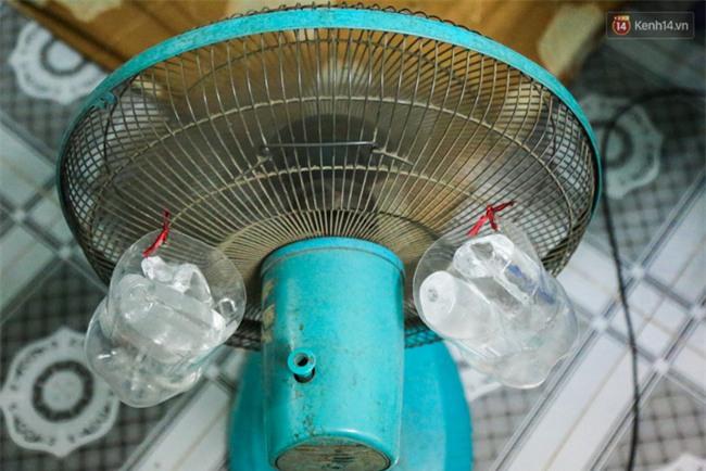 Đứng trong chậu nước nấu ăn, tự chế quạt phun nước... là cách SV ở trọ đối phó với cái nóng như lò thiêu ở Sài Gòn - Ảnh 12.