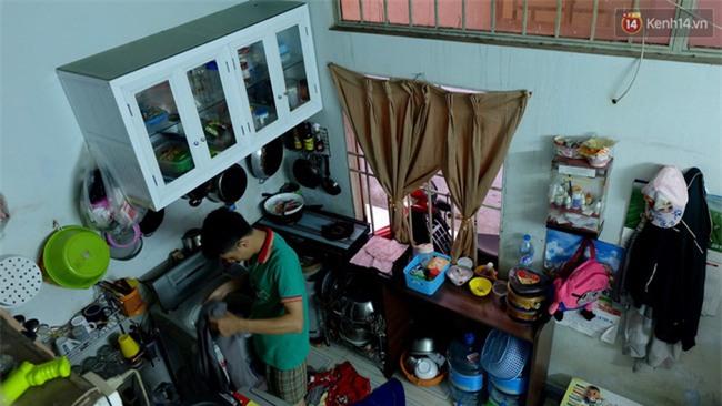 Đứng trong chậu nước nấu ăn, tự chế quạt phun nước... là cách SV ở trọ đối phó với cái nóng như lò thiêu ở Sài Gòn - Ảnh 3.