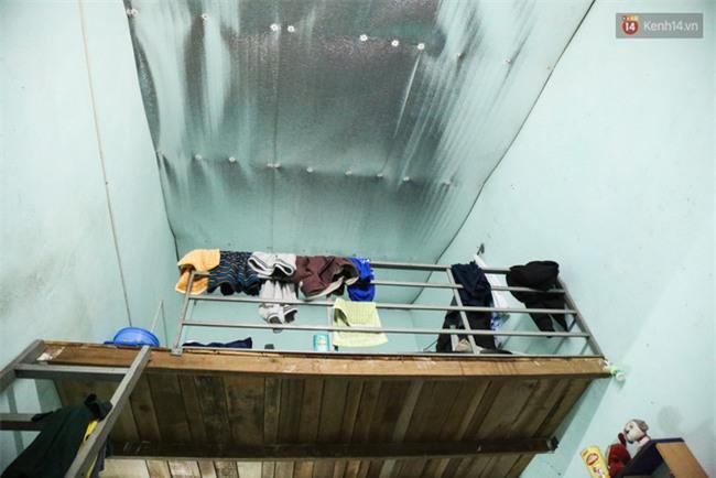 Đứng trong chậu nước nấu ăn, tự chế quạt phun nước... là cách SV ở trọ đối phó với cái nóng như lò thiêu ở Sài Gòn - Ảnh 4.