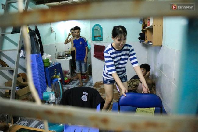 Đứng trong chậu nước nấu ăn, tự chế quạt phun nước... là cách SV ở trọ đối phó với cái nóng như lò thiêu ở Sài Gòn - Ảnh 5.