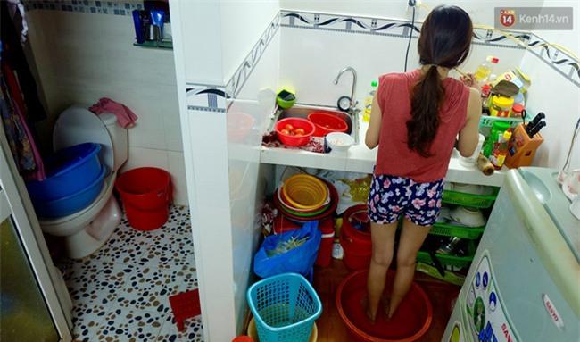 Đứng trong chậu nước nấu ăn, tự chế quạt phun nước... là cách SV ở trọ đối phó với cái nóng như lò thiêu ở Sài Gòn - Ảnh 9.
