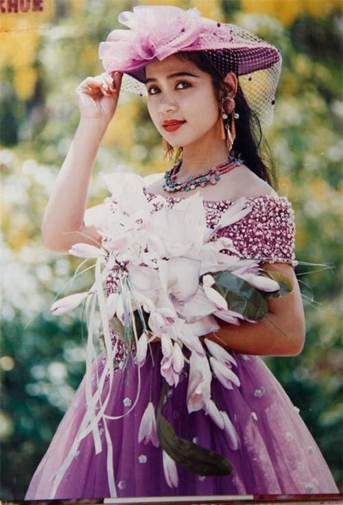 Sinh năm 1972, Việt Trinh đóng phim từ những năm 1980. Sự nghiệp cô bước sang trang khá khi đóng chính Ngọc trong đá của đạo diễn Trần Cảnh Đôn. Cũng từ đây, cô bước vào giai đoạn hoàng kim của sự nghiệp, bên cạnh Lý Hùng, Diễm Hương, Lê Công Tuấn Anh…