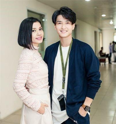 Việt Trinh bên Huỳnh Anh, nam diễn viên trẻ kém cô nhiều tuổi trong một sự kiện gần đây. Nhìn họ chỉ giống như hai chị em. Khó tin rằng Việt Trinh đã ở ngưỡng tuổi U50.