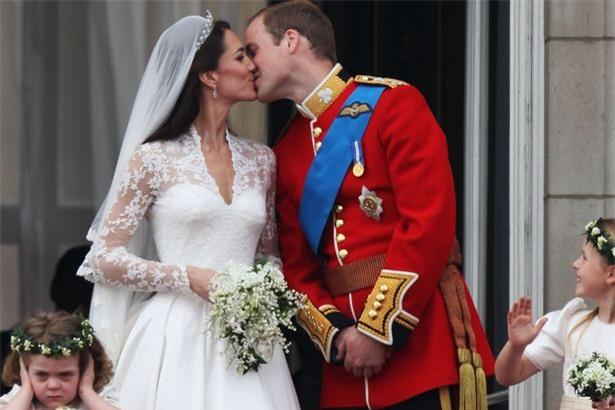 Hoàng tử nhí George và công chúa Charlotte háo hức làm phù dâu phù rể trong đám cưới hoàng gia - Ảnh 9.