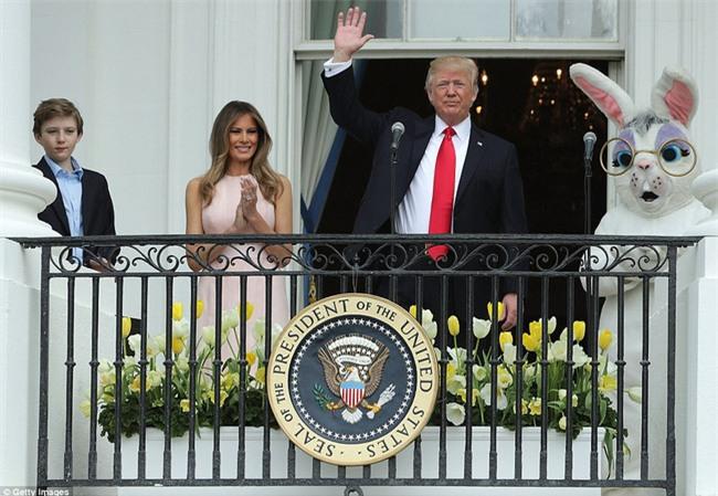 Video: Đệ nhất phu nhân Mỹ Melania nhắc chồng đặt tay lên ngực khi chào cờ - Ảnh 4.