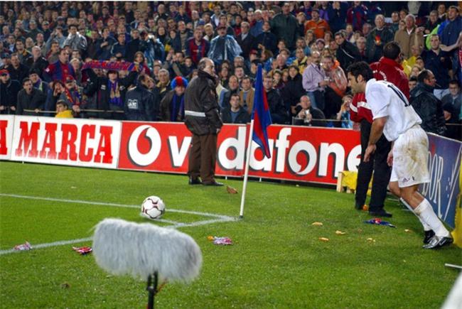 Fan chơi lầy, ném chuột chết vào cầu thủ đối phương - Ảnh 5.