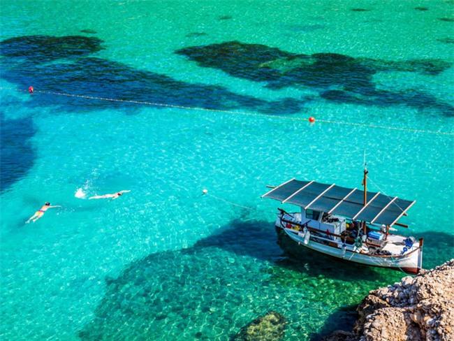 5 bãi biển đẹp tựa thiên đường với chi phí hợp lý của châu Âu - Ảnh 1.