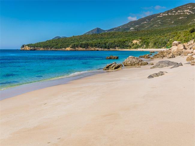 5 bãi biển đẹp tựa thiên đường với chi phí hợp lý của châu Âu - Ảnh 4.