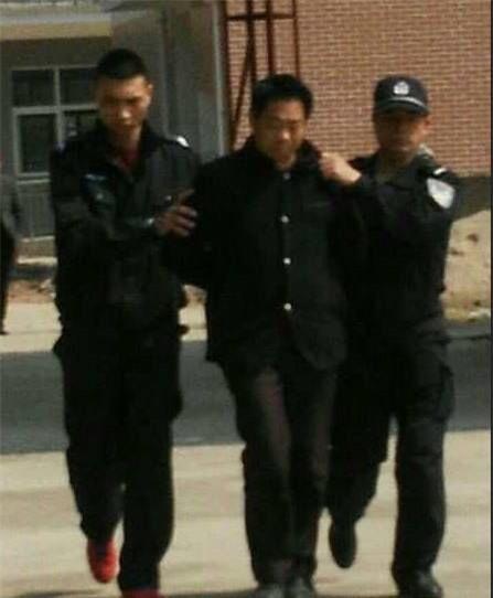 Giáo viên tiểu học ngoài 50 tuổi bị bắt vì lạm dụng tình dục nữ sinh ngay trong trường học - Ảnh 1.