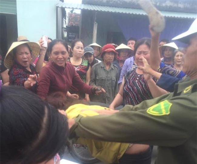 Video: Người phụ nữ bị dân làng vây bắt vì nghi vào nhà người lạ thôi miên, lừa đảo - Ảnh 4.