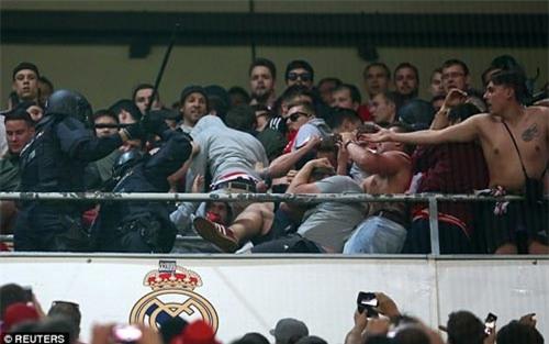 Fan Bayern bị đánh bể đầu, fan Real ăn mừng như vô địch - 1