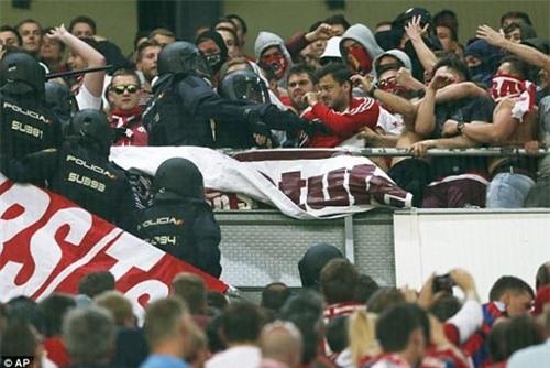 Fan Bayern bị đánh bể đầu, fan Real ăn mừng như vô địch - 2