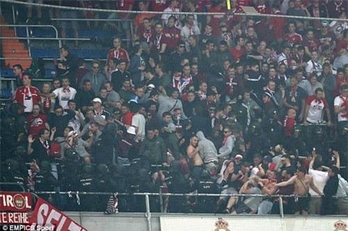 Fan Bayern bị đánh bể đầu, fan Real ăn mừng như vô địch - 3