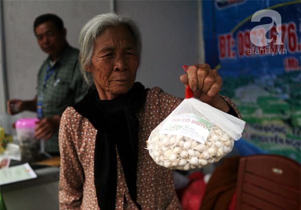 2 ngàn đồng/hạt gia vị, gần 1 triệu đồng/kg tỏi vẫn khiến hàng trăm người dân Hà Nội lùng mua - Ảnh 1.