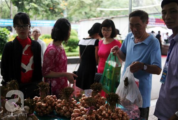 2 ngàn đồng/hạt gia vị, gần 1 triệu đồng/kg tỏi vẫn khiến hàng trăm người dân Hà Nội lùng mua - Ảnh 10.