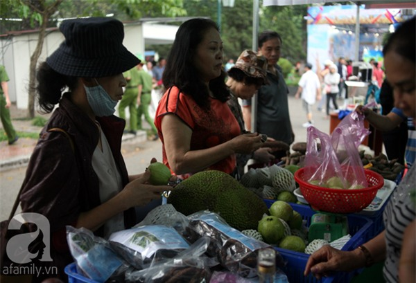 2 ngàn đồng/hạt gia vị, gần 1 triệu đồng/kg tỏi vẫn khiến hàng trăm người dân Hà Nội lùng mua - Ảnh 11.