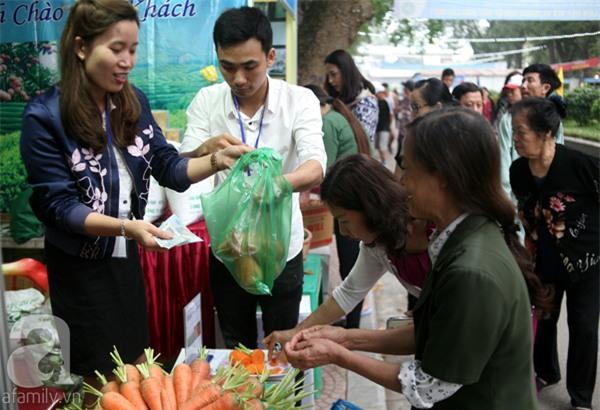2 ngàn đồng/hạt gia vị, gần 1 triệu đồng/kg tỏi vẫn khiến hàng trăm người dân Hà Nội lùng mua - Ảnh 12.
