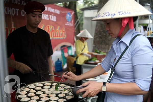 2 ngàn đồng/hạt gia vị, gần 1 triệu đồng/kg tỏi vẫn khiến hàng trăm người dân Hà Nội lùng mua - Ảnh 13.