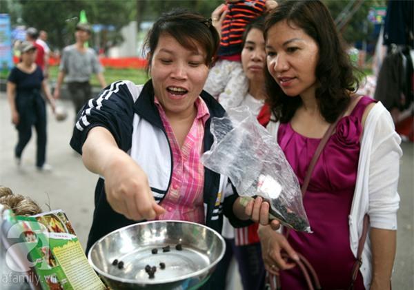 2 ngàn đồng/hạt gia vị, gần 1 triệu đồng/kg tỏi vẫn khiến hàng trăm người dân Hà Nội lùng mua - Ảnh 4.