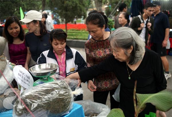 2 ngàn đồng/hạt gia vị, gần 1 triệu đồng/kg tỏi vẫn khiến hàng trăm người dân Hà Nội lùng mua - Ảnh 6.