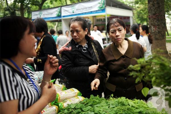 2 ngàn đồng/hạt gia vị, gần 1 triệu đồng/kg tỏi vẫn khiến hàng trăm người dân Hà Nội lùng mua - Ảnh 8.
