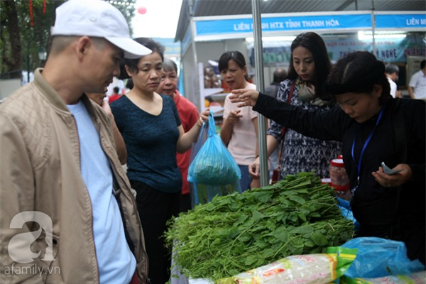 2 ngàn đồng/hạt gia vị, gần 1 triệu đồng/kg tỏi vẫn khiến hàng trăm người dân Hà Nội lùng mua - Ảnh 9.