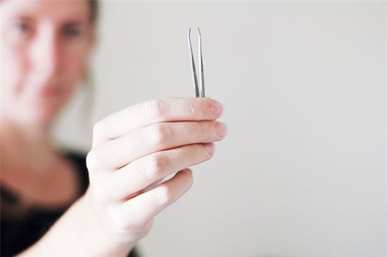 """Giựt da móng tay, nhổ tóc bạc… đã đến lúc bạn phải ngưng ngay vì """"sướng nhất thời nhưng hại cuộc đời"""" - Ảnh 1."""