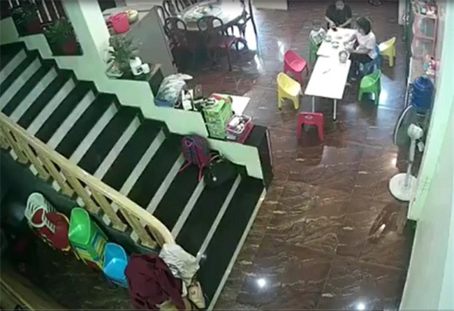 Phụ huynh vừa rời khỏi trường, cô giáo đã vung tay đe dọa rồi lôi xềnh xệch bé 2 tuổi vào nhà vệ sinh - Ảnh 1.
