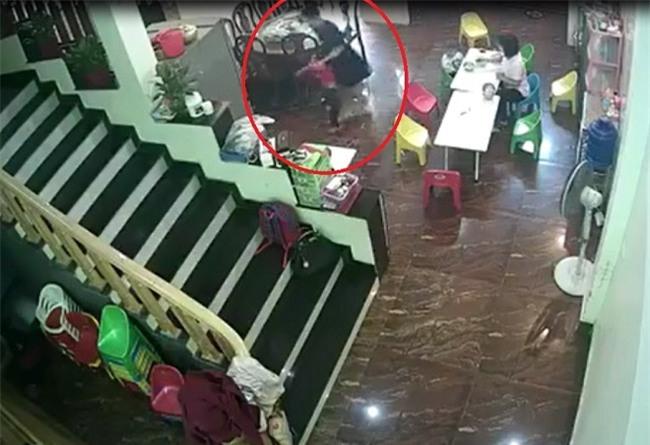 Phụ huynh vừa rời khỏi trường, cô giáo đã vung tay đe dọa rồi lôi xềnh xệch bé 2 tuổi vào nhà vệ sinh - Ảnh 2.
