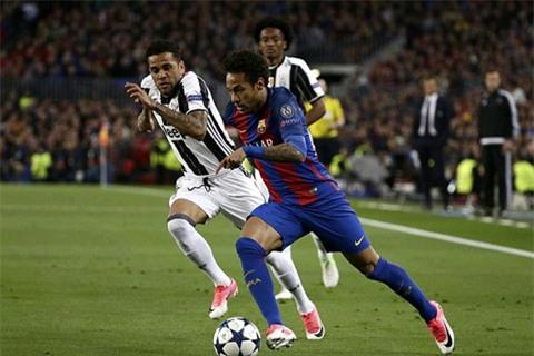 Neymar trong một nỗ lực đi bóng