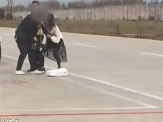 Vợ chồng đánh nhau trên đường băng, máy bay trễ chuyến - Ảnh 1.